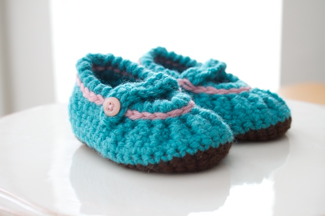 Crochet Baby Shoes Mary Jane Pattern : Simply Modern Mom Crochet Mary Jane Baby Shoes
